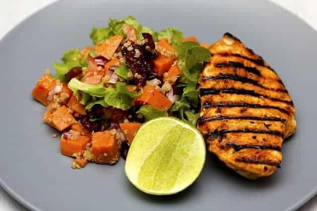 gegrilltes Hühnchen und Salat