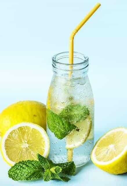 Zitrone Wasser mit Zitrone