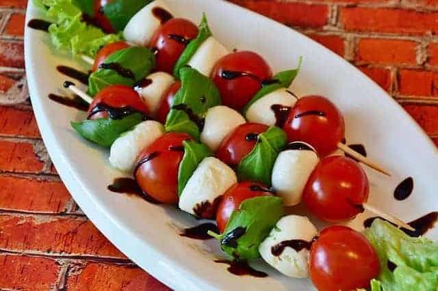 Mozzarella-Käse mit Tomaten