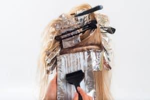 Haarsprayen Haarfärbung