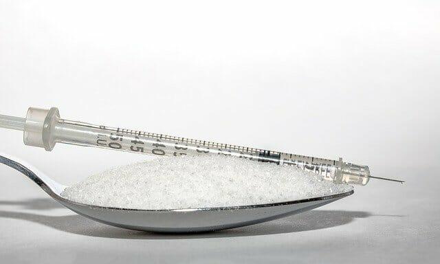 ein Löffel Zucker, eine Injektion von Insulin