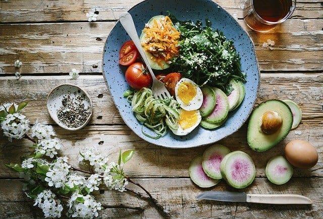 Gehirnnahrung, gesunde Mahlzeit, Ei, Avocado, Spinat