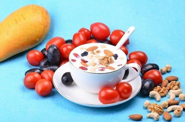 Salatbar mit Joghurt, Mandeln und Nüssen