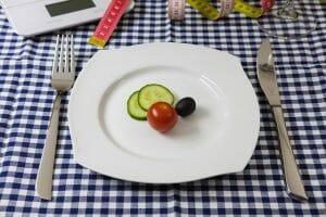 Gemüse auf dem Teller, Messer und Gabel
