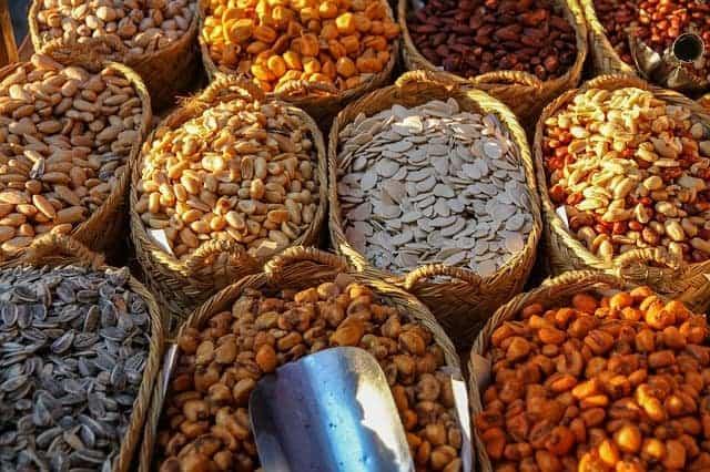 Körbe mit verschiedenen Arten von Bohnen und Nüssen