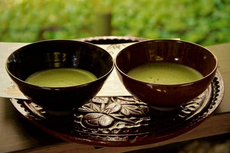 Matcha-Tee in Tassen