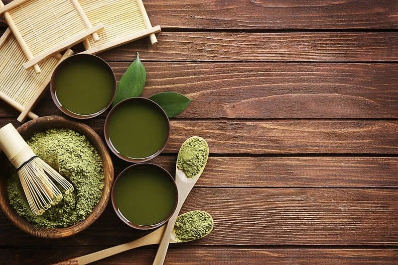 grüner Matcha-Teepulver in Salat- und Flüssigkeitstassen