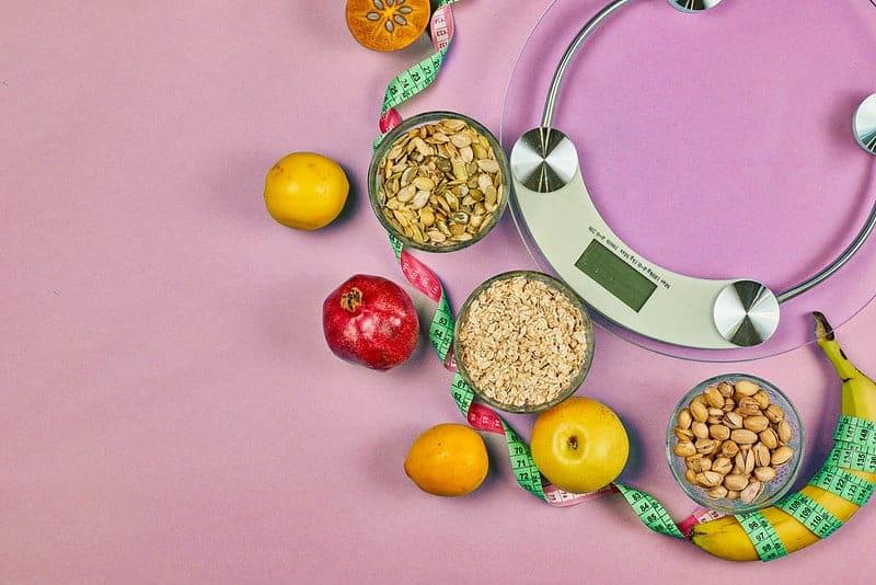 Küchenwaagen und gesunde diätetische Lebensmittel (Getreide, Früchte)