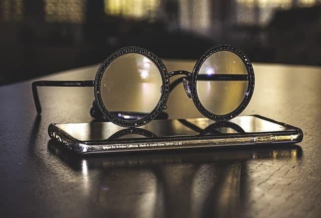 Brille auf Ihrem Smartphone liegend