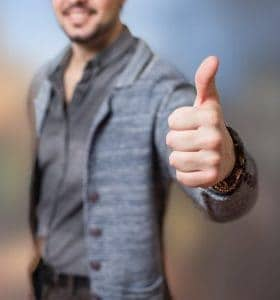 ein Mann, der eine Geste mit seinem Daumen zeigt, ok