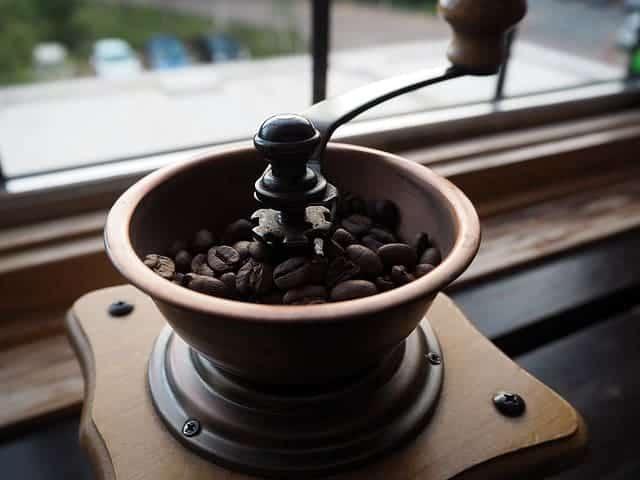 Kaffeebohnen in der Mühle