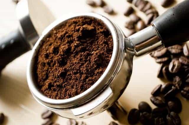 Löffel gemahlenen Kaffee