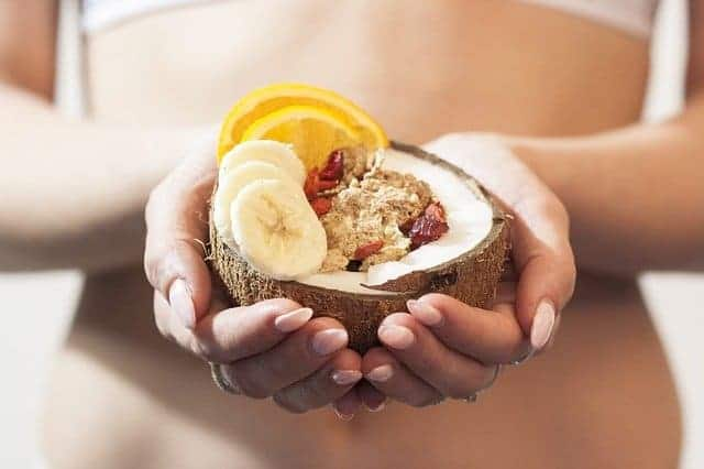 die Frau hält ein diätetisches Dessert in den Händen