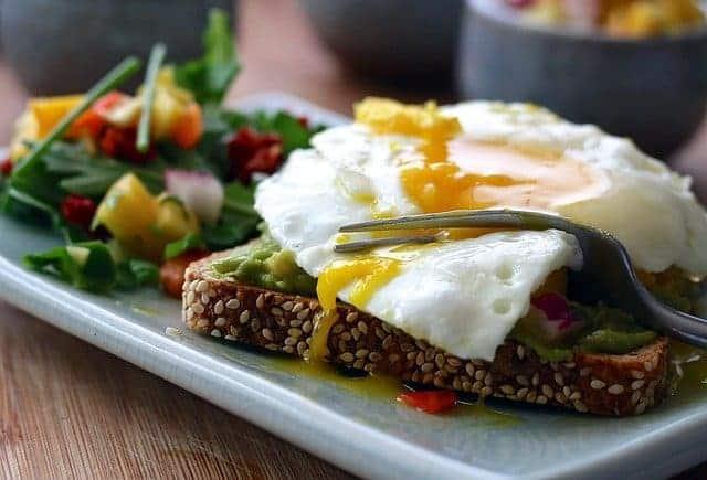eine gesunde Mahlzeit - Vollkorntoast mit Ei und Gemüse