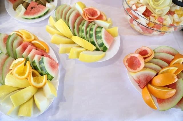 gehacktes Obst auf Salatblättern