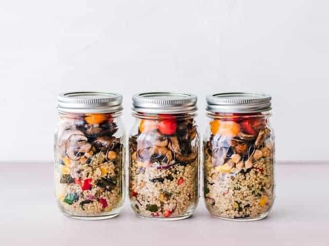 ein diätetisches Gericht aus Grütze und Gemüse in Gläsern