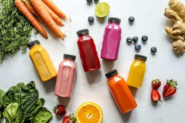 Gemüse, Obst und Säfte in Flaschen
