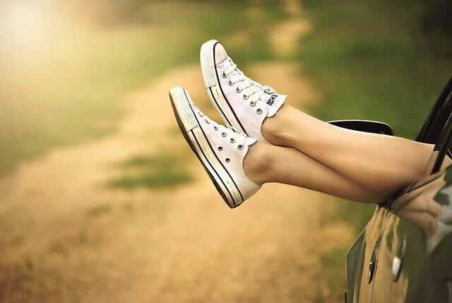 Beine in Tennisschuhen