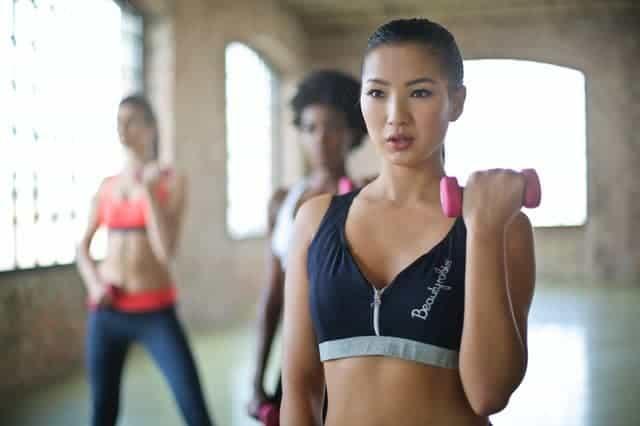 Frau Übungen mit Kurzhanteln