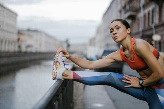 Frau wärmt sich vor dem Laufen auf