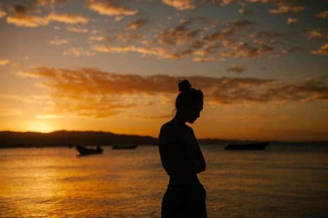 traurige Frau zu Fuß am Strand