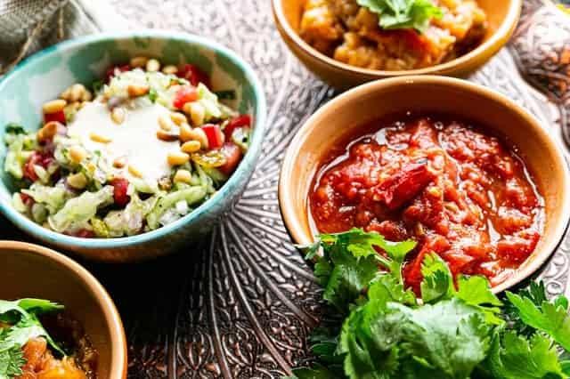 Wurstwaren und Salate in Schalen