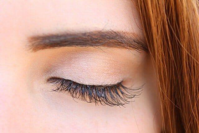 Auge mit langen, dichten Wimpern