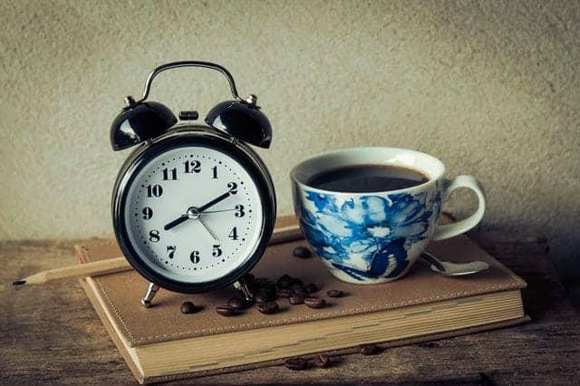 eine Tasse Kaffee und einen Wecker