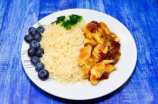 Reis mit Eintopf auf dem Teller