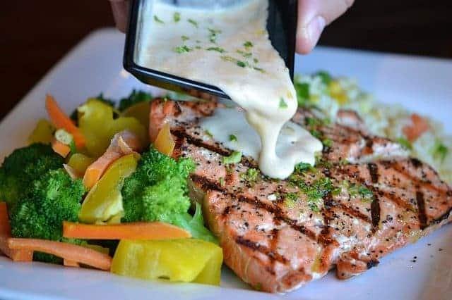 Gemüse und gebackener Fisch auf einem Teller