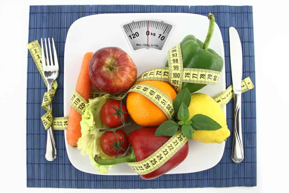 Gemüse und Obst auf dem Teller mit Zentimetern