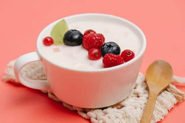 Joghurt mit Obst im Becher