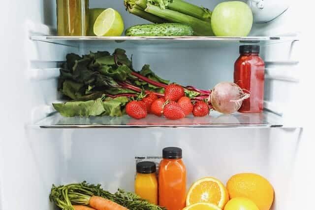 im Inneren des Kühlschranks, Gemüse, Obst und Säfte