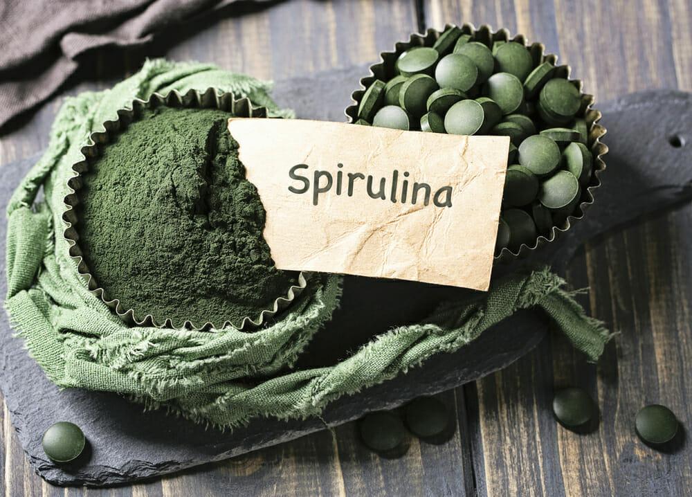 Spirulina in Tabletten und Spirulina-Pulver