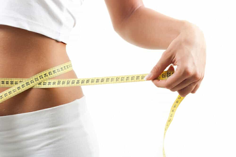 eine schlanke Taille, gemessen mit einem Zentimeter