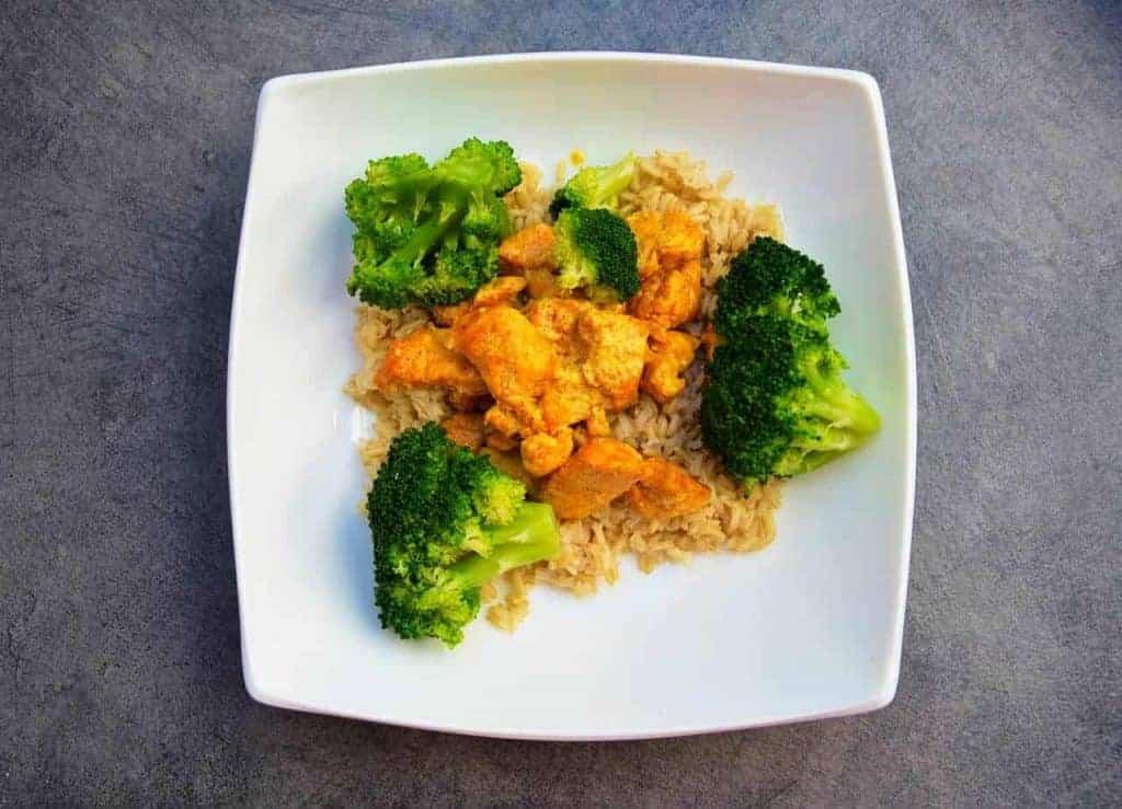 Reis mit Huhn und Brokkoli auf einem Teller
