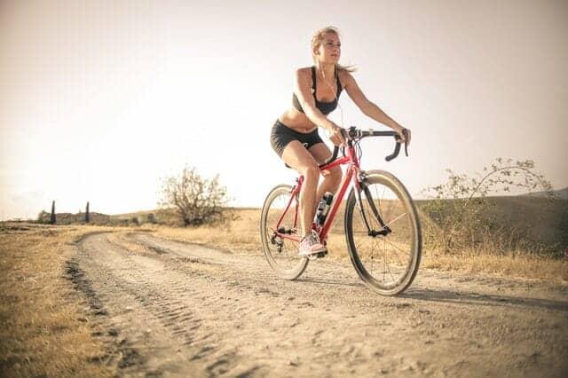 Frau fährt mit dem Fahrrad